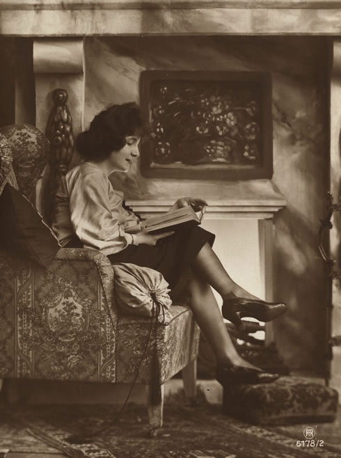 retrofoto-of-reading-people-bookcasekz-1