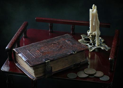 Портрет книги со свечой