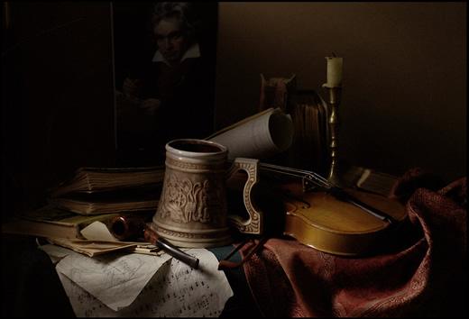 натюрморт с книгами, кружкой и скрипкой