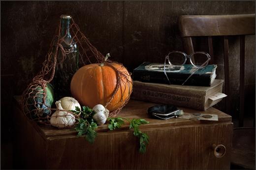 Натюрморт с тыквой, книгами, очками и другими овощами